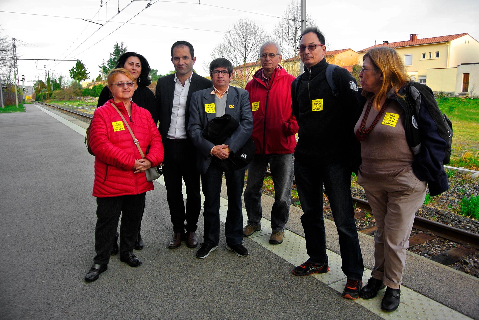 Benoit hamon et l association train en tet en gare de prades