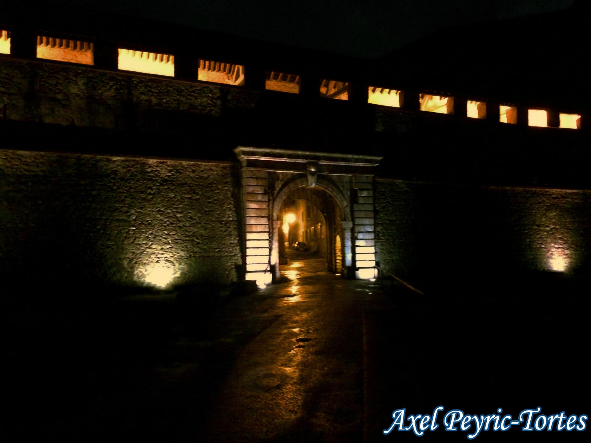 Entree nocturne avec remparts eclaires a villefranche de conflent